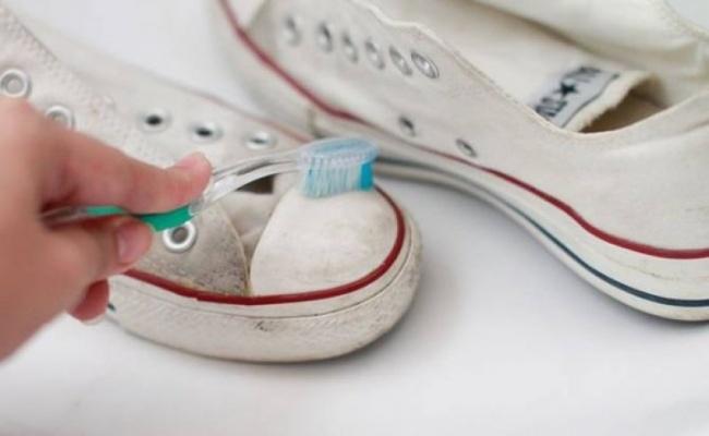 Làm sạch giày Converse với kem đánh răng